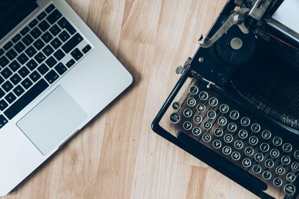 comparison mac maquina de escribir glenn-carstens-peters-6rkJD0Uxois-unsplash 600x400-1