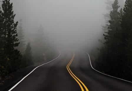 Carretera en la niebla